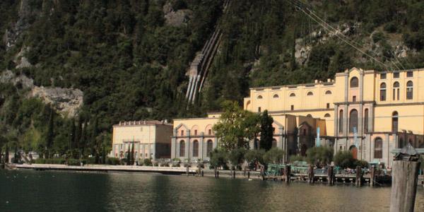Ein Wasserkraftwerk, modernster Technik und Architektur in Riva del Garda